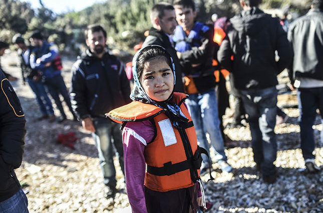 A girl waits along with other refugees to travel to the Greek island of Chios from Cesme in the Turkish province of Izmir on November 3, 2015 (AFP Photo)
