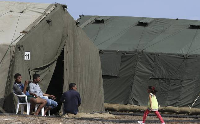 Refugees and migrants are seen at a temporary transit facility at the British sovereign base of Dhekelia in Cyprus, October 28, 2015. (Reuters Photo)