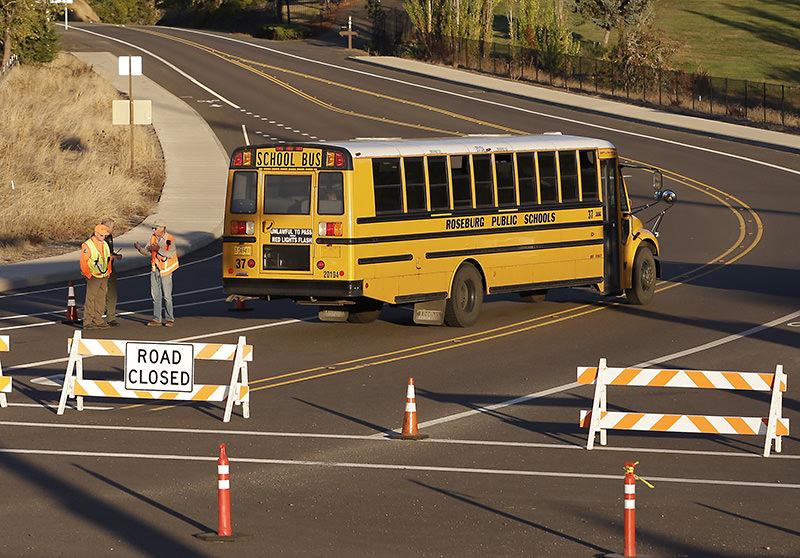 A bus passes through a roadblock leading to Umpqua Community College, Friday, Oct. 2, 2015, in Roseburg, Ore, the U.S. (AP photo)