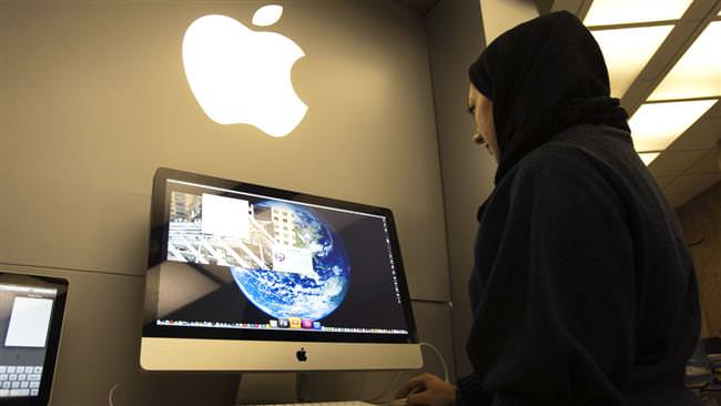 A woman uses an iMac computer in a shop at a mobile and computer shopping complex in northern Tehran on Jan. 18, 2011. (REUTERS Photo)