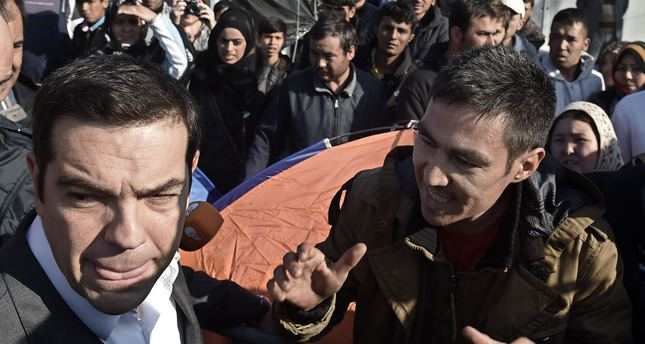 Ali Ahmed,26, from Afghanistan complains to Greek Prime Minister Alexis Tsipras as he visits with European parliament President the Moria Hot Spot in Mytiline on November 5, 2015. (AFP Photo)