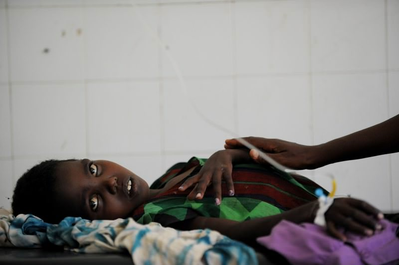 Bisharo Hurow, 10, lays on a cot at a hospital in Mogadishu while suffering from severe diarreah and vomit on August 15, 2011. (AFP Photo)