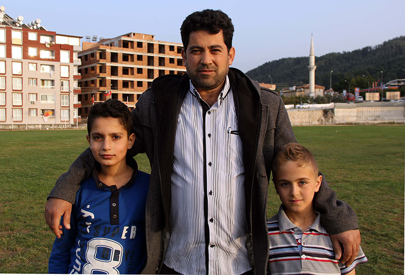 Ahmed Vezir (C) with two youngsters