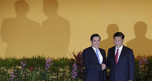 Chinese President Xi Jinping (R) and Taiwanese President Ma Ying-Jeou shake hands at the Shangri-La Hotel in Singapore, 07 November 2015 (EPA photo)