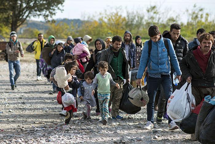 Migrants and refugees enter a registration camp after crossing the Greek-Macedonian border near Gevgelija on November 10, 2015 (AFP Photo)