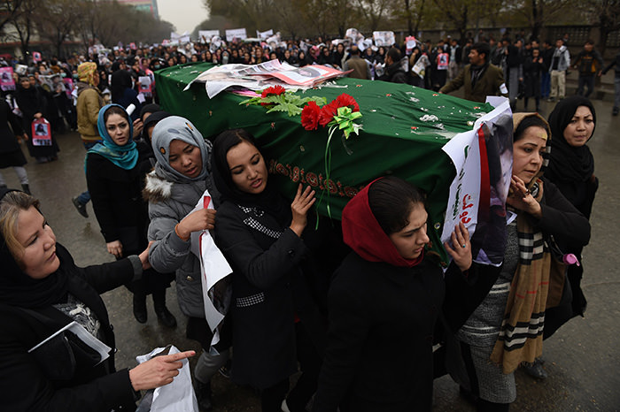 Afghan protesters carry a coffin containing a decapitated body of one of seven Shiite Muslim Hazaras, during a demonstration in Kabul on November 11, 2015 (AFP Photo)