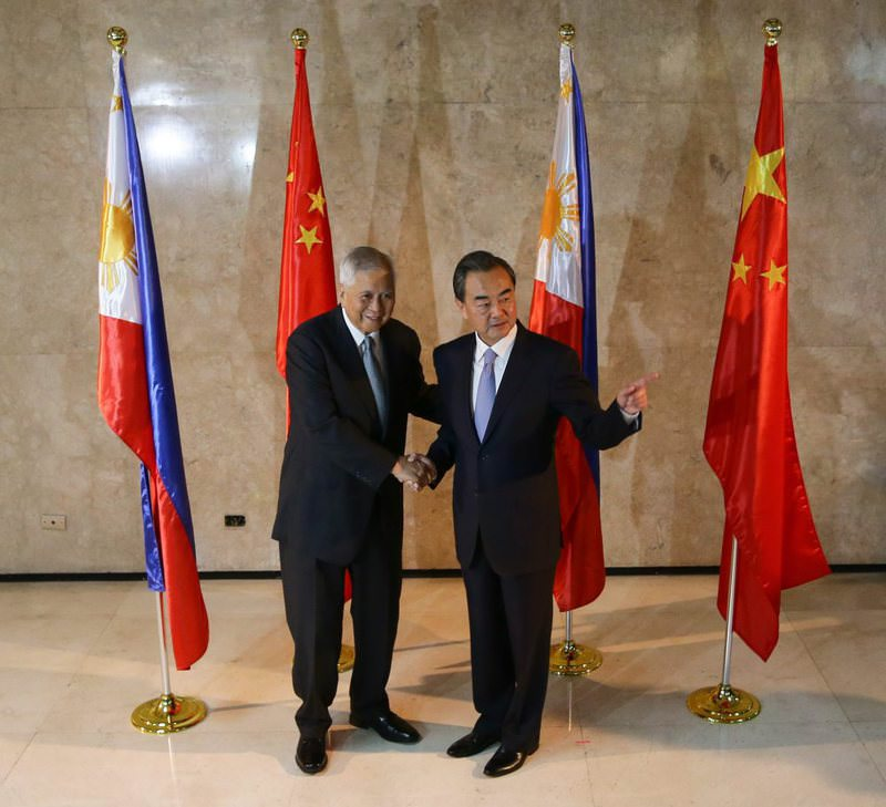 Chinese Foreign Minister Wang Yi (R) gestures while shaking hands with Philippine Foreign Affairs Secretary Albert del Rosario (L) at the Department of Foreign Affairs in Pasay City, south of Manila, Philippines.