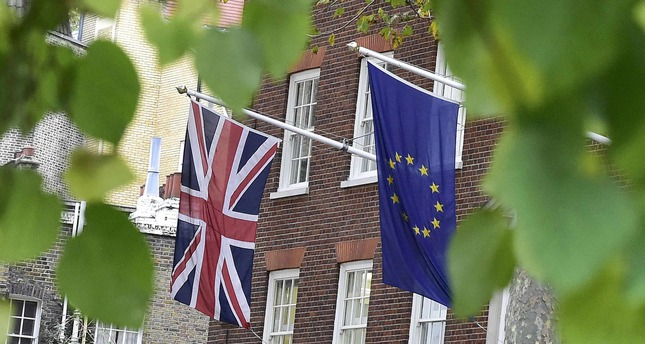 European Union and the British Union flags are seen flying outside of Europe House in London, November 10, 2015. (Reuters Photo)