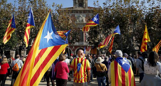 Catalan separatist supporters wait for the voting results in front of Catalunya's Parliament, as Catalonia's regional government debates in favor of a resolution to split from Spain in Barcelona, Spain, November 9, 2015. (Reuters Photo)