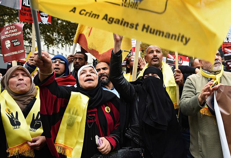 Demonstrators protest against the visit of Egyptian President Abdel Fattah al-Sissi to Downing Street in London, Britain, 05 November 2015 (EPA photo)