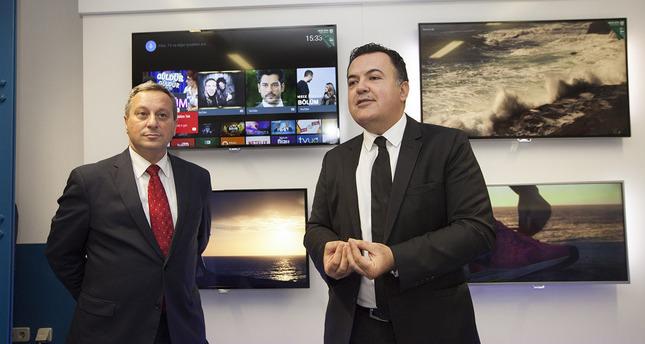 KHU Rector Aydın (L) and Philips TV Turkey General Manager Kocabaş (R).
