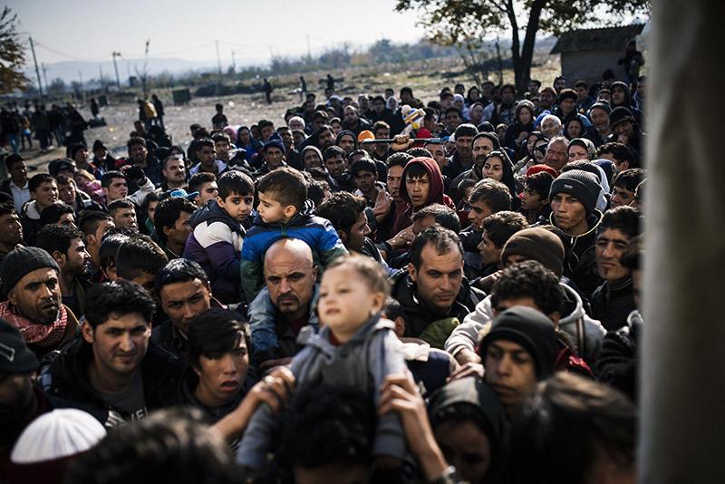 Refugees wait to enter a registration camp after crossing the Greek-Macedonian border near Gevgelija on November 14, 2015 (AFP Photo)