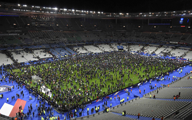 Spectators gather on the pitch of the Stade de France stadium. (AFP Photo)