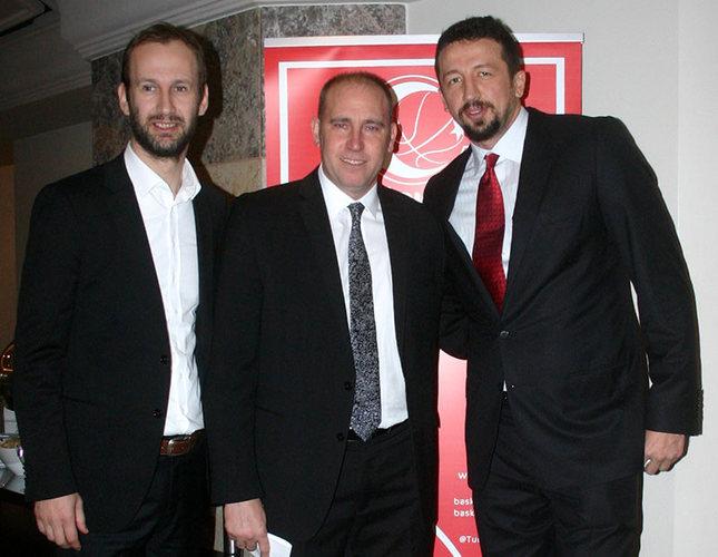 Hidayet Türkoğlu (R) poses with TBF President Harun Erdenay (C) and Sports Director Barbaros Akkaş (L) following the press conference in Istanbul. (AA Photo)