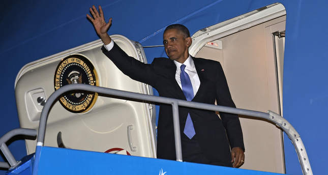 U.S. President Barack Obama boards Air Force One for travel to the Philippines from Antalya International Airport in Antalya, Turkey, November 16, 2015.  (REUTERS Photo)