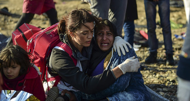 A woman cries as she just arrived on the Greek island of Lesbos along with other migrants and refugees, on November 17, 2015 (AFP Photo)