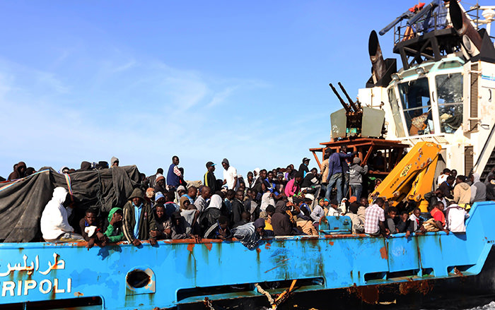 A Libyan coastguard boat carrying around 500 mostly African migrants arrive at the port in the city of Misrata on May 3, 2015 (AFP Photo)