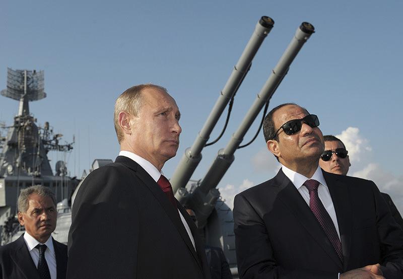 Russian President Vladimir Putin (left) with Egypt's Abdel Fettah al-Sisi (right) (Reuters Photo)