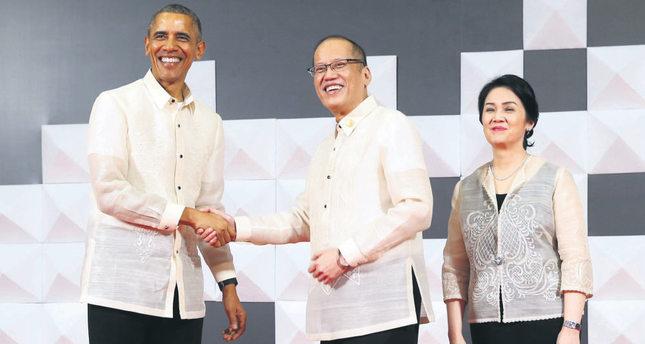 US President Barack Obama (L) poses with Philippines President Benigno Aquino (C) and his sister Maria Elena Cruz