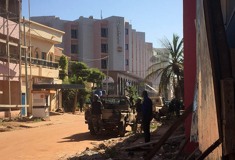 Malian troops take position outside the Radisson Blu hotel in Bamako on November 20, 2015 (AFP photo)