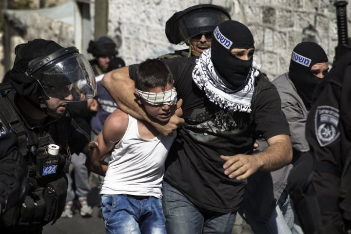 Israeli police detain a Palestinian child in Jerusalem following clashes in the holy city in late October 2014. (REUTERS Photo)