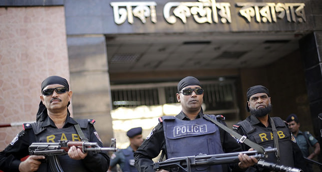 Security members including elite force Rapid Action Battalion (RAB), police stand guard in front of premises of Dhaka Central Jail, 19 Nov 2015 (EPA photo)