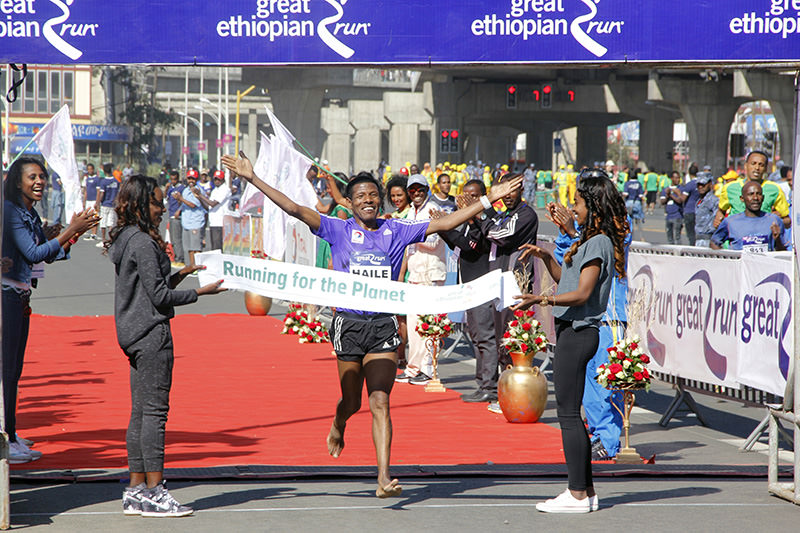 Gebrselassie reaches the finish line. (AA Photo)