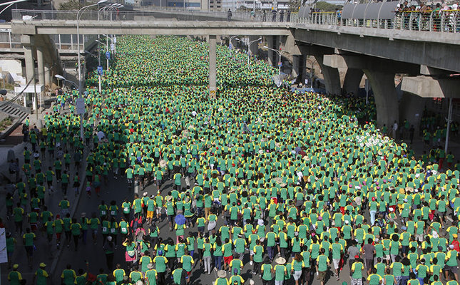 Gebrselassie retires in Great Ethiopian Run as 40,000 flooded streets of Addis Ababa