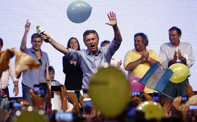 The Head of Government of the Autonomous City of Buenos Aires and candidate for the Cambiemos (Let's Change) party, Mauricio Macri (C), celebrates at the Cambiemos (Let's Change) party headquarters in Buenos Aires on November 22, 2015. (AFP Photo)