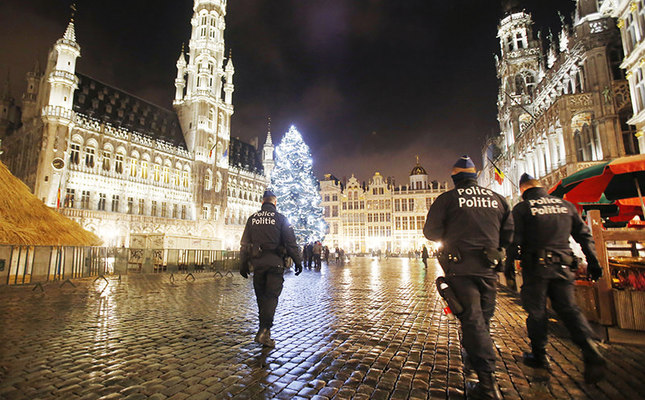 Belgian police officers patrol the Grand Place in Brussels, Belgium, Nov. 23, 2015. Brussels has entered its 3rd day of lockdown, with schools and metro system shut and more than 1,000 security personnel deployed across the country. (AP Photo)