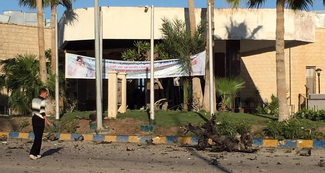A man looks at the damage outside the Swiss Inn hotel in the Egyptian town of El-Arish, in the Sinai peninsula, following an attack on the hotel by two suicide bombers and a gunman on November 24, 2015. (AFP Photo)