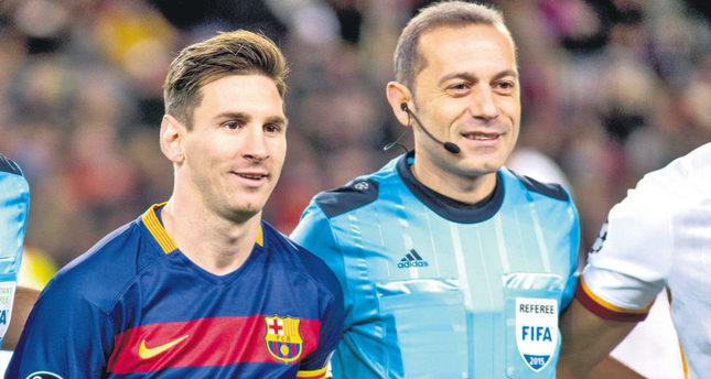 Turkish referee Cüneyt Çakır poses with Messi.