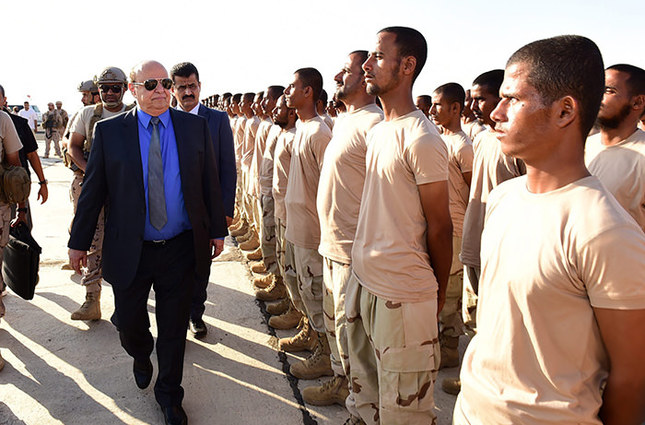 Yemeni President Abdo Rabbo Mansour Hadi (L) visiting the Al-Anad airbase in the southern province of Lahj, Yemen, 24 November 2015 (EPA Photo)