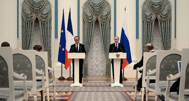 Russian President Vladimir Putin (R) and French President Francois Hollande (L) attend a joint news conference after their meeting in Moscow, Russia, 26 November 2015. (AFP Photo)