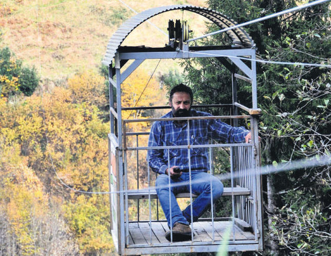 Man builds cableway to home to preserve trees