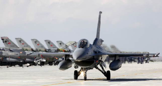 A Turkish Air Force F16 jet fighter prepares to take off from an air base during the Anatolian Eagle military exercise in the central Anatolian city of Konya, in this April 28, 2010 (Reuters Photo)