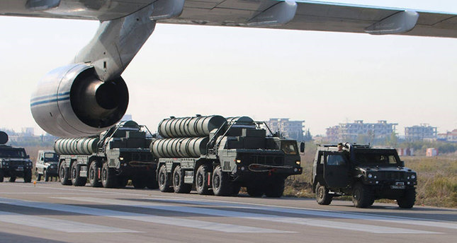 This handout picture obtained from the Russian Defence Ministry's official Facebook page on November 26, 2015 shows S-400 air defence missile systems standing at an airfield at the Hemeimeem airbase in the Syrian province of Latakia. (AFP Photo)