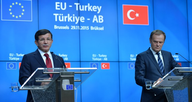 Turkish Prime Minister Ahmet Davutoglu (L) and European Council President Donald Tusk give a news conference after a EU-Turkey summit in Brussels, Belgium November 29, 2015. (AA Photo)