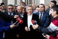 A handout picture released by Cumhuriyet daily shows Can Dündar (C) speaking to the press before attending a hearing in Istanbul on November 26, 2015 (AFP photo)