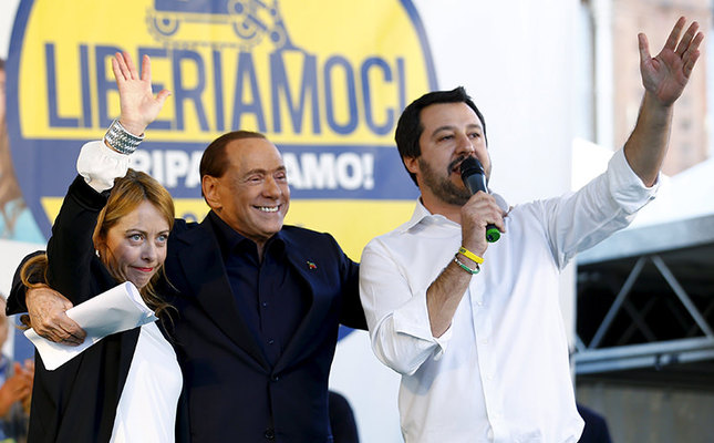 Forza Italia party (PDL) leader Silvio Berlusconi (C) stands with Northern League leader Matteo Salvini (R) and Fratelli D'Italia leader Giorgia Meloni (L) during a Northern League rally in Bologna, central Italy, November 8, 2015. (Reuters Photo)
