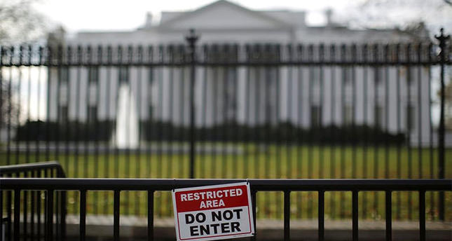 A restricted area sign is seen outside of the White House in Washington November 27, 2015 (Reuters photo)