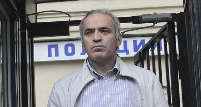 Ex-world chess champion and opposition leader Garry Kasparov leaves a police station after having been questioned in Moscow, Russia, 20 August 2012. (EPA Photo)