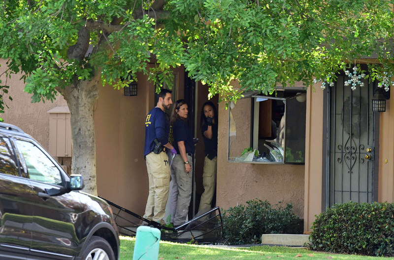 FBI agents investigate at a townhome in Redlands, California December 3, 2015, which is linked to the December 2 shooting rampage in California.  (AFP Photo)