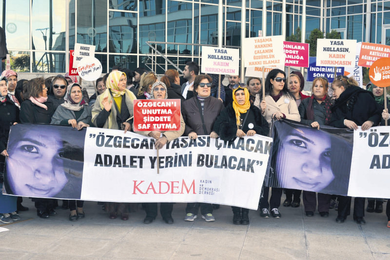 Activists from the Women and Democracy Association (KADEM) carrying banners and photos of u00d6zgecan Aslan outside the courthouse in Mersin on Thursday.