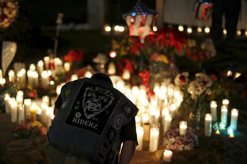 Aidan Solis, 11, kneels by a pop-up memorial in San Bernardino, California December 4, 2015 (Reuters photo)
