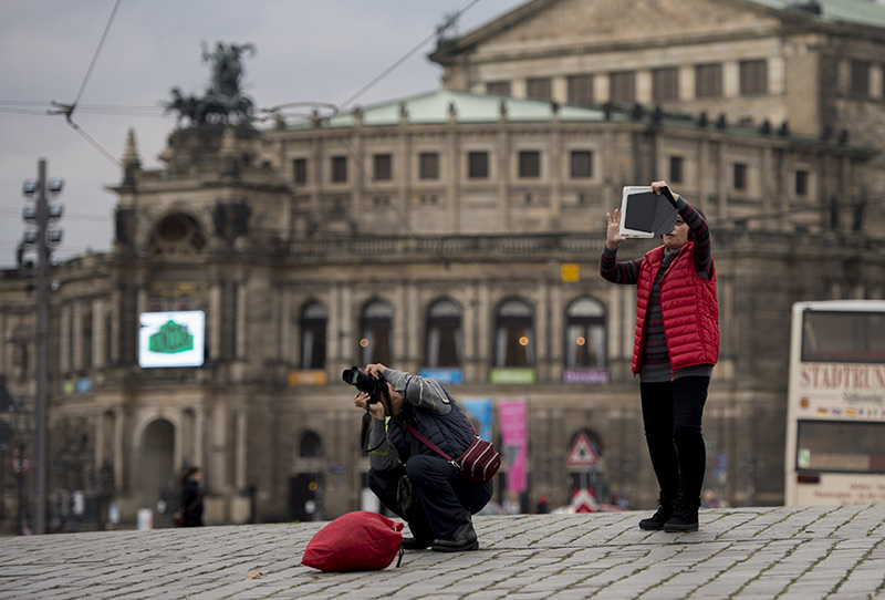 Tourists look at the Frauenkirche ( Church of Our Lady ) in Dresden, eastern Germany, on November 16, 2015 (AFP photo)