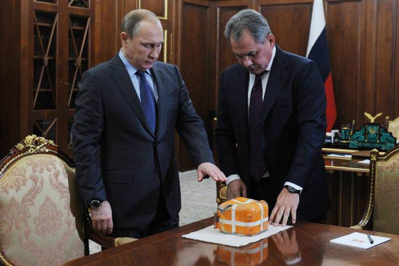 Russian President Putin (L) and Defence Minister Sergei Shoigu examine the flight recorder of downed jet on Dec 8, 2015. (AFP Photo)
