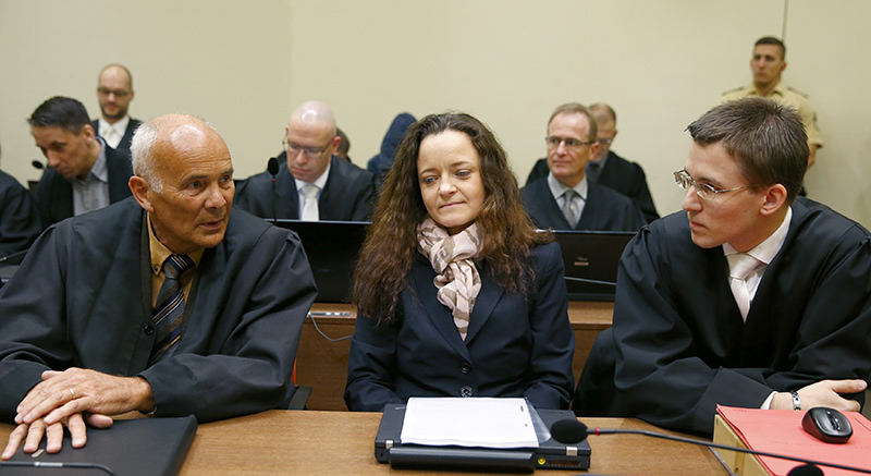 Defendant Beate Zschaepe (C) sits with her lawyers Hermann Borchert (L) and Mathias Grasel (2nd R) prior to the continuation of her trial at a courtroom in Munich, southern Germany, December 9, 2015 (AFP Photo)