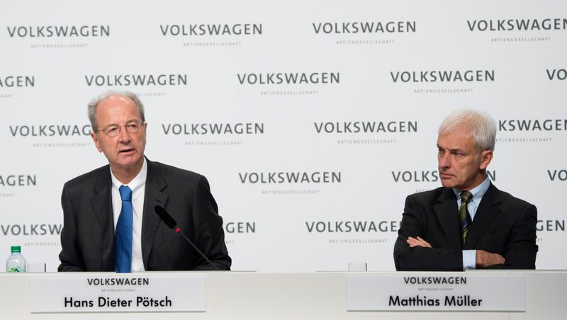 Volkswagen AG CEO Matthias Mueller (R) and Hans Dieter Poetsch (L), chairman of VW attend a press conference of in Germany, 10 Dec 2015. (EPA Photo)