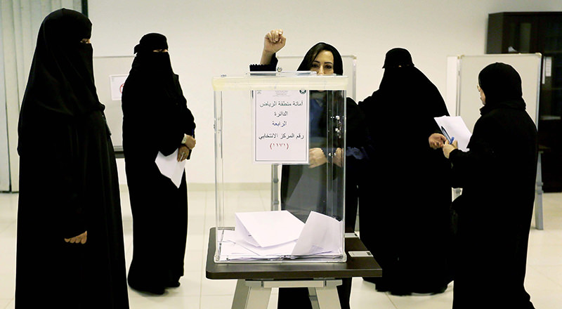 Saudi women cast their votes at a polling station in the Kigdom's municipal elections, in Riyadh, Saudi Arabia, December 12, 2015 (EPA Photo)